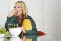 Bild: Woman Drinking Herbal Tea --- Image by © Kate Mitchell/Corbis
